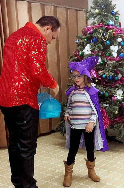 children's magician for Christmas or Hanukkah parties